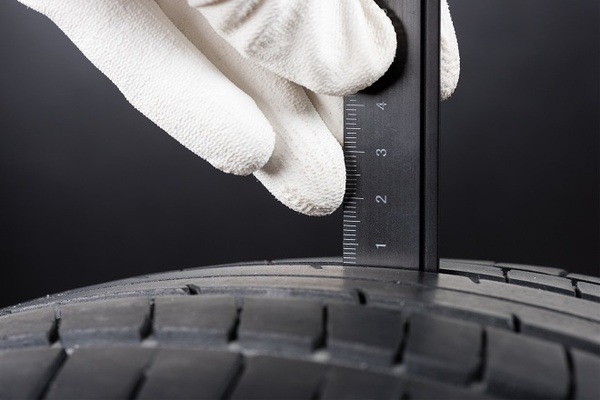 What is the minimum safe tread depth? ADAC experts answer